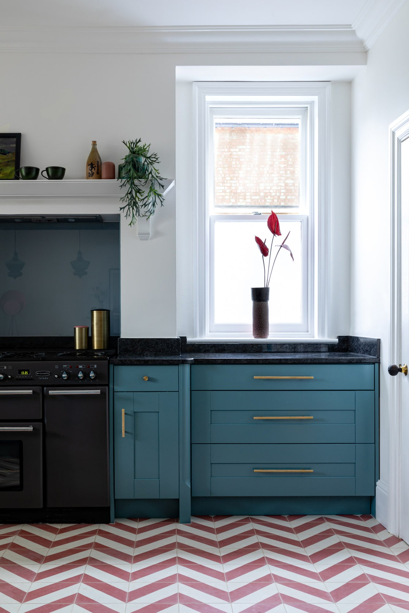 Inteiror photo: blue kitchen with pink and beige tiles